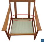 一般fs的商標在椅背下結構處