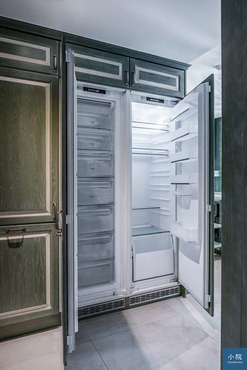 冰箱藏在線板造型門片後,整體看去更整齊大器
