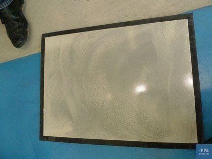 塗料地板都會有鏝紋,色調也是不規則的有色差,很像水泥粉光地,無法像油漆那樣單一色調。