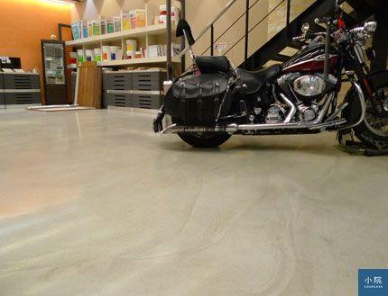 這張是看地板,不是看重機啦!磐多魔塗料可創造無縫的地板,圖是k1的產品,塗料是用鏝刀去抹,會有明顯鏝紋。攝影:姥姥