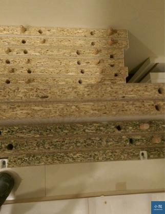 屋主要求要EGGER板材,卻送來E1等級的防潮板(綠色的)。 網友黃先生提供