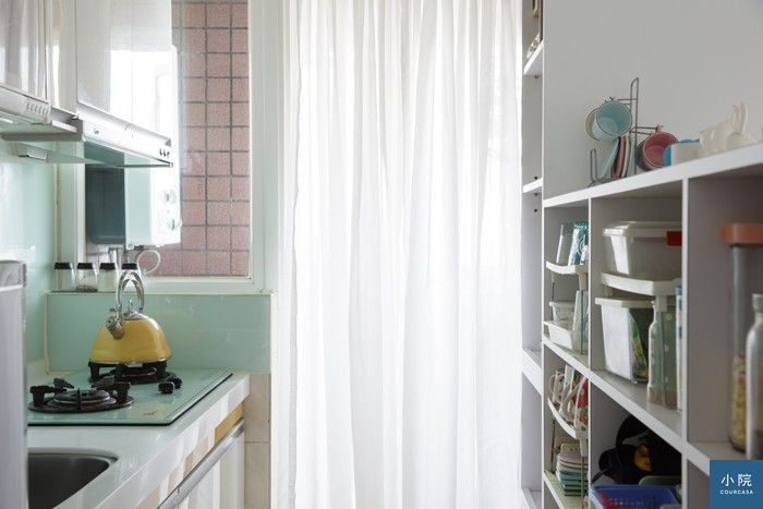 電視牆背面、面向廚房枱面的收納櫃,全採開放式,減少開闔門板或抽屜的不便。是否有落塵問題?雅娟覺得影響不大。