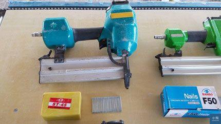 大鋼牙,可用兩種釘,ST鋼釘與T鐵釘,ST系列釘用於將木料固定於水泥牆或C型鋼上。T釘則用於木料與木料之間,但已很少在用了