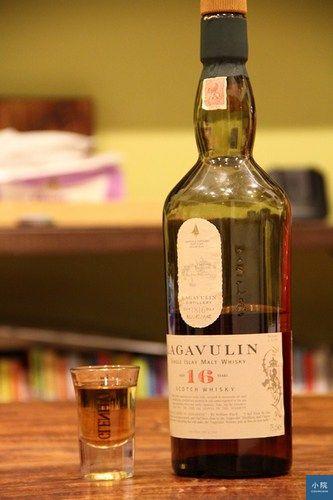 初二喝的LAGAVULIN,蘇格蘭艾雷島的酒,就是村上有去喝個酒就寫本書的那個地方。別人都說有海風味,我倒喝不出來,但算好喝。