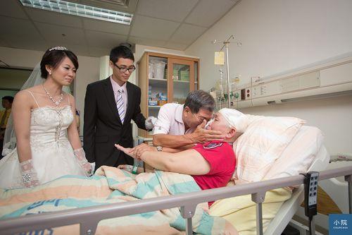 為已預知離去的媽媽,在醫院舉辦的新婚典禮。顏色是灰色的,但看得到陽光。非常平凡的一家人,有笑有淚的走過死亡的蔭谷。   照片是老同事Dino拍的,原文按這裡