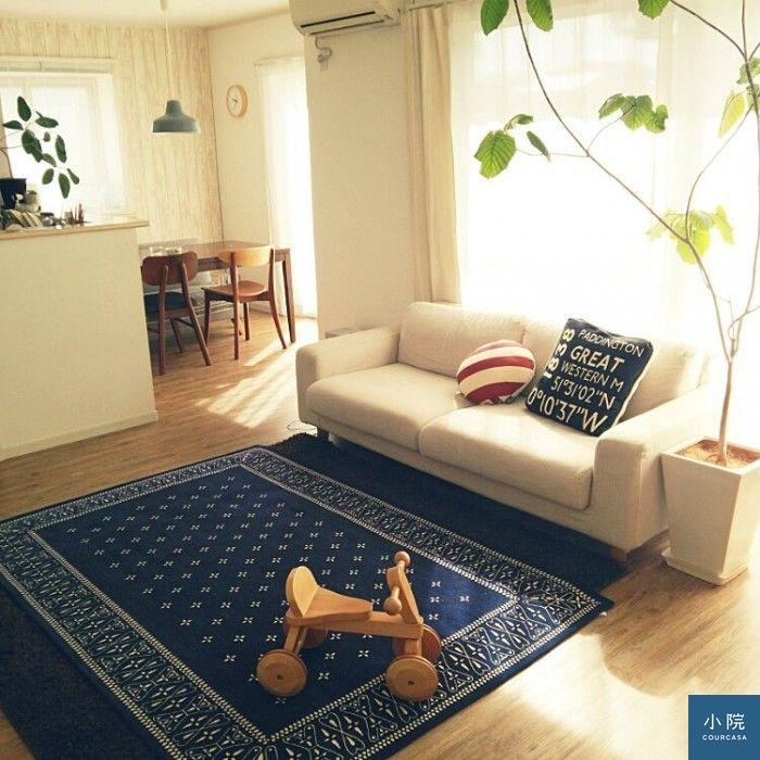 固定班底:MUJI三人沙發,兩塊長形地毯十字交疊鋪,素色墊在下方。