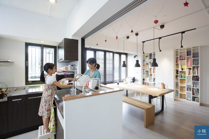(L型開放廚房的水槽區面朝餐桌,順手放待洗餐具,是他們很喜歡的設計之一。)