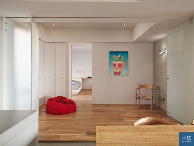 全室隱藏門的乾淨牆面,吊上畫作張力十足