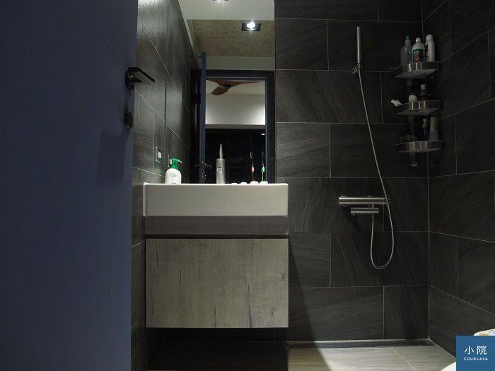 主浴地板、牆面貼的黃山石磁磚,CP值高
