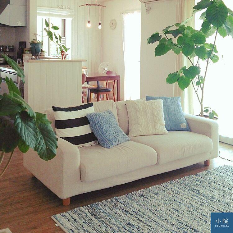 有時候客廳完全不擺茶几,沙發轉向時,盆栽也跟著移動