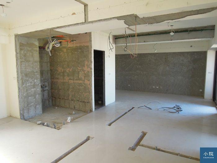 拆了幾道輕隔間牆、天花板,其中一套衛浴(圖左)也改開口、縮減成半套。