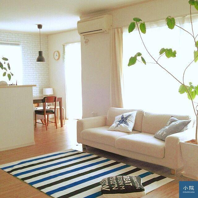 適合夏天的藍、白條紋地毯,材質也選比較輕薄的亞麻、棉質