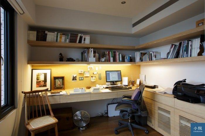 怡蘭的書房。右側下櫃是屋內所有電子配備的「總機房」,包括網路主機等,採用格柵門板,可散熱亦不阻礙訊號。左側梳背形制的木椅,是在唐青古物商行買的。原藤製椅面有破損,怡蘭請店家重新繃面,並磨除殘破外漆,還原木質原色,帶著淡淡的歲月痕跡,與整體空間很合。