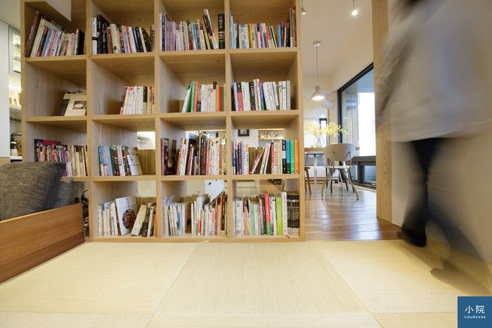 書房地板採用「琉球疊」:六塊正方形榻榻米,少了傳統收邊裝飾,更為素淨,是在輝發疊蓆號訂購的。