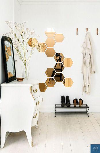 玄關加面鏡子,出門前能再看一下自己。用六角鏡拼貼是多了設計感,但在「照全身」的功能上,會弱很多。掛勾下的雙層鞋架,可放常穿、或下雨弄濕未乾的鞋,降低鞋櫃因濕氣發臭的機率。