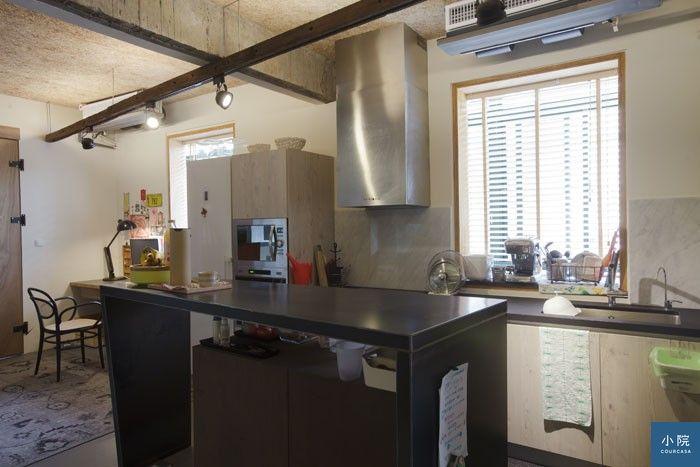 中島ㄇ形檯面焊接鐵板製成,下方為自製推車。一字型廚房設備,總價約29萬元。