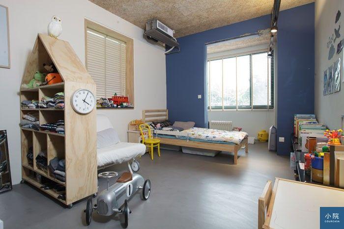 攝影/Dino,小孩房有滾輪的房屋造型衣櫃,是木工師傅用合板製成。