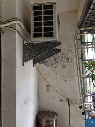 陽台BEFORE:後陽台最大的問題是壁癌,另外花費1萬2000元抓漏維修。