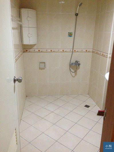 原本的浴室,沒有乾濕分離、沒有浴缸。
