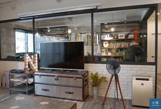 金屬面鉚釘電視櫃,很有咖啡店氣氛的字母燈…許多家具和飾品,都是海運三回合買齊的。