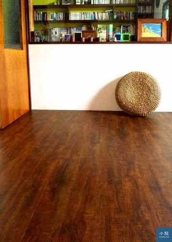 (這不是手刮仿舊木地板喔,而是塑膠地板。)