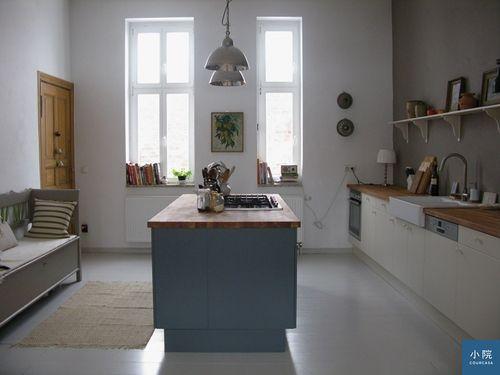 (這是德國部落客Katrin的廚房,為了省工資,她是在實木地板上自行打磨、上漆刷成白色木地板,這篇文章有分享過細節。)