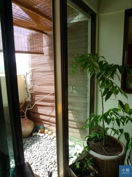 (上圖為姥姥改掛竹簾在落地窗外,真的,客廳變涼許多。竹簾購自新竹篁城竹簾,約2000多元。)