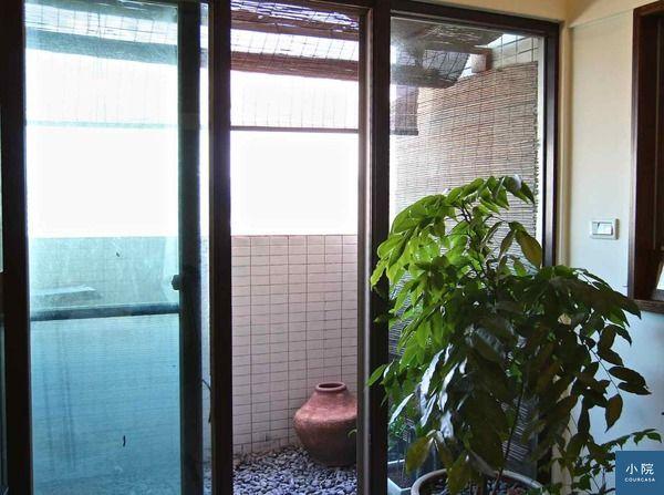 (這是竹簾往外撐的樣子,ok,我知,左側玻璃很髒了,都是麥德姆這個颱風不夠盡責,我下次會叫哈隆再擦乾淨點的,哈)